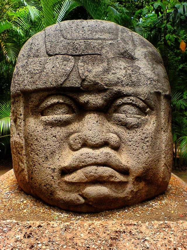 Cabeza Olmeca. datada entre los años 1200 a. C. - 400 a. C., fue esculpida por los olmecas, que fueron un pueblo que se desarrolló en Mesoamérica durante el Preclásico Medio, 1200 a. C. - 800 a. C., concretamente en lo que sería la parte sureste del estado de Veracruz y el oeste de Tabasco, en México.