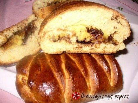 Braid κέικ με κρέμα και σοκολάτα, μαλακή και αφράτη ζύμη τσουρεκιού με μια μαλακή και κρεμώδη γέμιση.