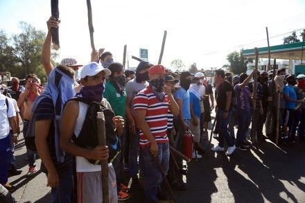 Toma la CNTE 82 alcaldías y dos casetas en Michoacán Normalistas protestan en Michoacán. Foto: Enrique Castro