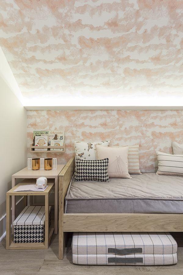 Decorado por Lilian Catharino para a Mostra Quarto ETC, este quarto de bebê em rosa queimado ficou uma graça. O teto rebaixado e as paredes ganharam papel