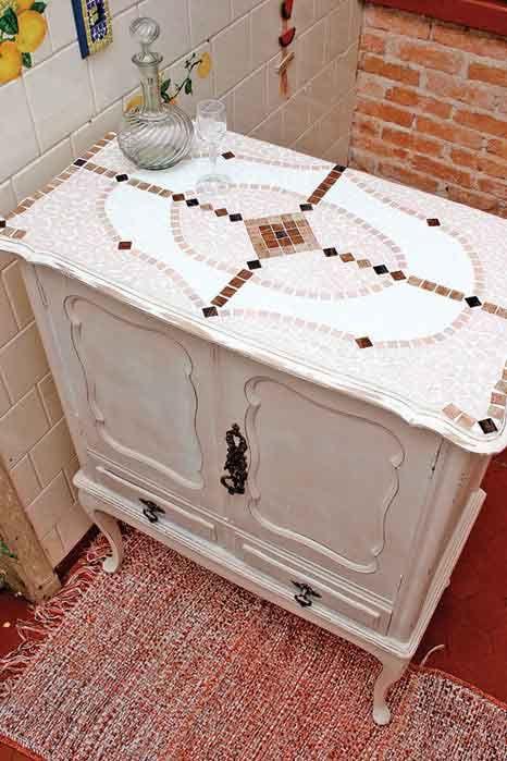 Кухонный буфет и лампа. Как сделать мозаику своими руками