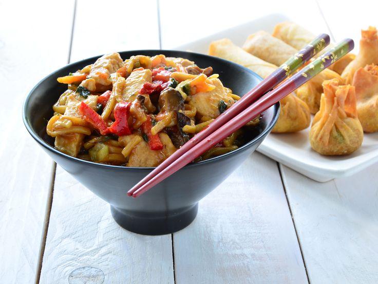 """Le """"chow mein"""" est un plat cantonais, dans lequel des nouilles sautées (croustillantes ou non) sont accompagnées de légumes et morceaux de viande (ou crevettes) poêlés, le tout agrémenté d'une sauce nappante à base de sauce soja. Les légumes et le type de viande utilisés sont assez variés d'une recette à l'autre; on peut donc adapter aux goûts et ... à tout ce qui traîne dans le frigo."""
