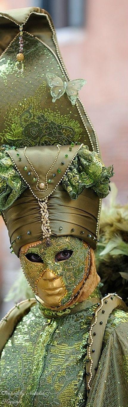 4 pics red dress green mask 810