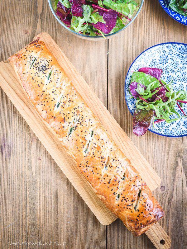Rolada z wędzonym łososiem i szpinakiem to danie które zaspokoi duży głód. Ciasto francuskie, wędzony łosoś i spora porcja ciągnącego się sera to jest to co lubię. Z dodatkiem ulubionej…