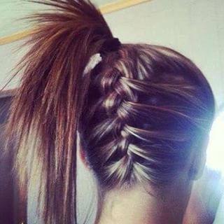 A trança invertida também pode acabar em um rabo de cavalo lá no alto! | 22 penteados simples para quando você não sabe o que fazer com seu cabelo