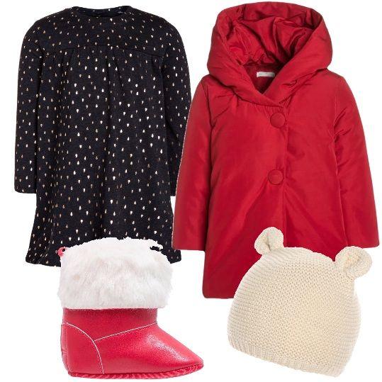 Una neonata davvero alla moda che indossa: vestitino in maglina, a maniche lunghe, a fantasia, con bottoni, cappotto invernale rosso, con cappuccio foderato e bottoni, cappellino con orecchie e stivaletti rossi, in fintapelle, con pelliccia sintetica bianca.