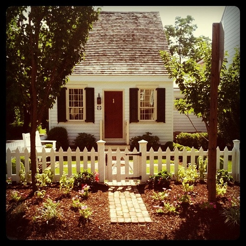 so adorable.Red Doors, Cozy Cottages, White Picket Fences, Tiny House, Cozy House, Little Houses, Sweets, Future House, Dreams House