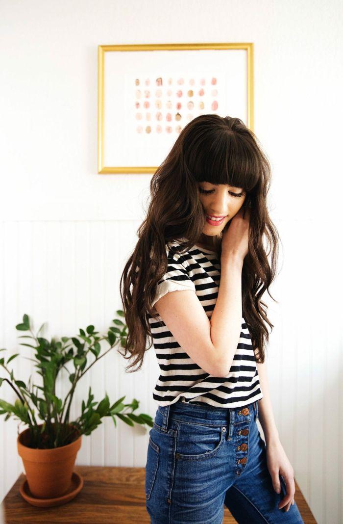 Lange schwarze Haare mit Pony, natürliche Locken, casual Look, gestreiftes T Shirt und Jeans