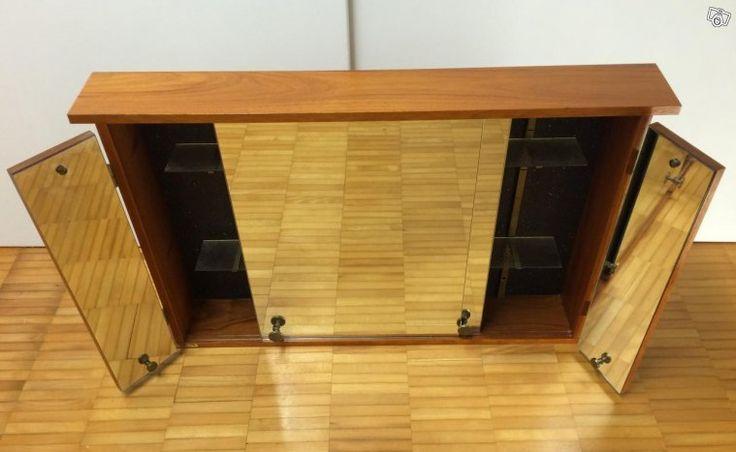 Exklusivt badrumsskåp i solid teak med spegelskjutdörrar och utfällbara spegelsidor. Märke HAFA. Två flyttbara hyllplan i glas. Mycket fint skick. Tillverkad ca 1960 tal.  Bredd 86 cm. Djup: 12 cm. Höjd: 53.5 cm.