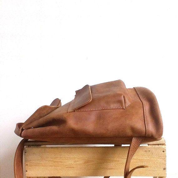 Deze prachtige Lederen rugzak handgemaakt met liefde & passie om je gelukkig maken ;) Waarschuwing: Het speciaal en uniek ontwerp zorgt ervoor dat sterke gevoel van aantrekking, soms zelfs liefde :)  Handgemaakte koeienhuid Lederen rugzak bestaat uit:  -Een ruime compartiment  -Een slip zakje (21, 5cm\9, 25 in * 13cm\5, 1 in)  -Twee zakken op magneten buiten (9 in * 15cm\5, 15cm\5, 9 in)  Kunnen worden om ook in ZWARTE https://www.etsy.com/listing/271305698 BRUIN https...