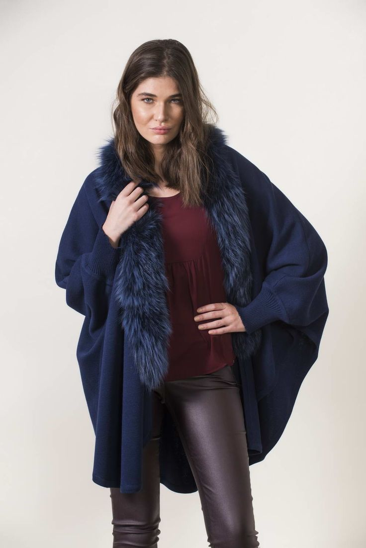 Πλεκτά με γούνα : Navy knitting cape with sleeves and fur