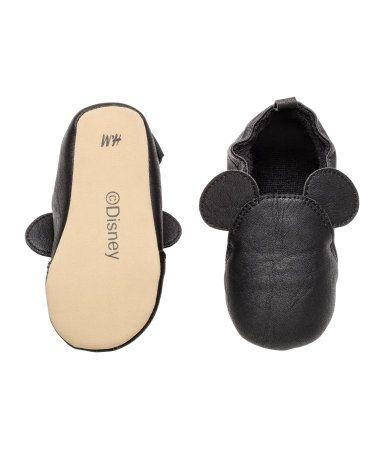 Schwarz/Micky Maus. Hausschuhe mit elastischem Einstieg. Futter und Innensohle aus Frottee. Weiche Laufsohle aus Velourslederimitat.