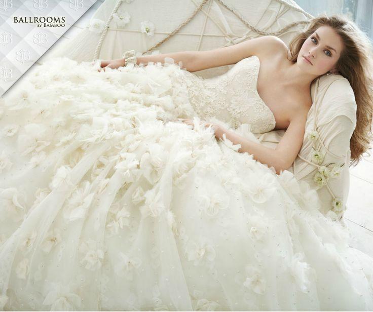 Iti faci nunta in 2016 si inca nu ti-ai ales rochia de mireasa? Iata cateva din tendintele noului sezon pentru un strop de inspiratie! >> Decolteuri, pene si transparenta