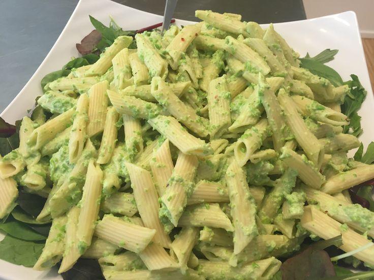 Jeg har ikke rigtig kommet noget fyld i pastasalaten men det det er bare at komme de grønsager i som du har lyst til. 1 pose pasta penne, kogt og afkølet Ærtecreme: 1 pose ærter optøet 1-2 fed hvidløg 1/2 tsk. Tørret chili flager 2-3 dl. Græsk yoghurt 1 dl. Yoghurt naturel salt og peber…