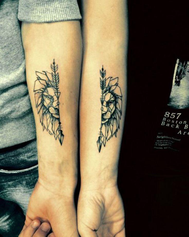 tatuaje en pareja, leones en las manos, femenino y masculino, tatuaje complementario