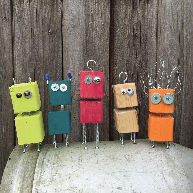 Kies zelf leuke kleurtjes verf voor deze grappige robotjes. Gebruik voor de technische uitstraling schroefjes, ringetjes, spijkers en ijzerdraad en maak er tot slot een haak of een oog aan om het af te maken!