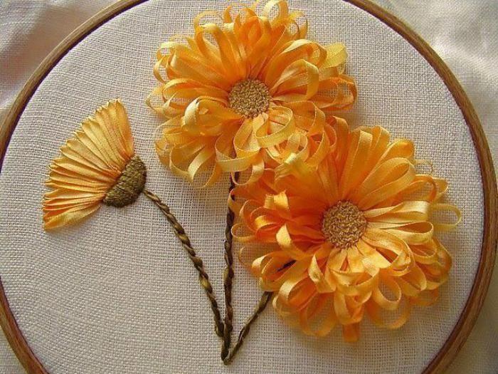 broderie au ruban, fleurs vives jaunes