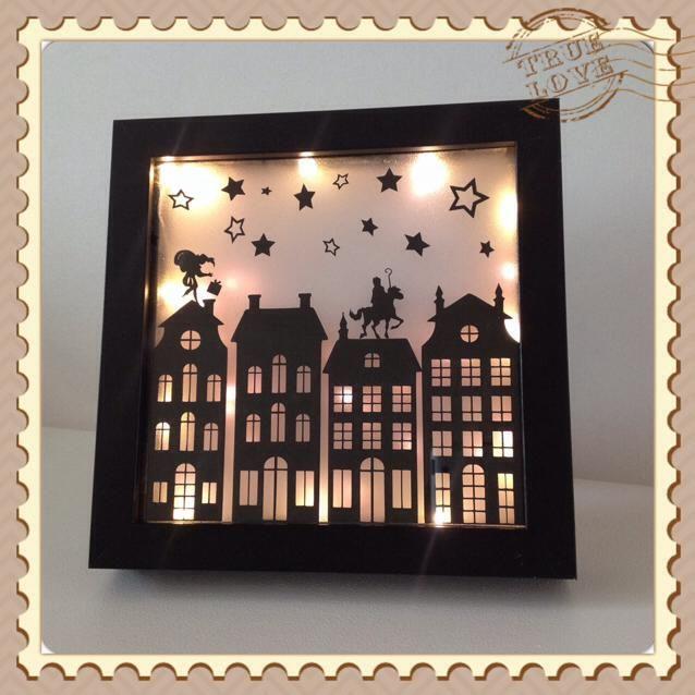 Neem een canvas, wat kerstlichtjes, een zwart papier en een scherp mesje en maak dit fantastische sinterklaas schilderij! | DIY met spullen van de Action | bespaarmama.nl