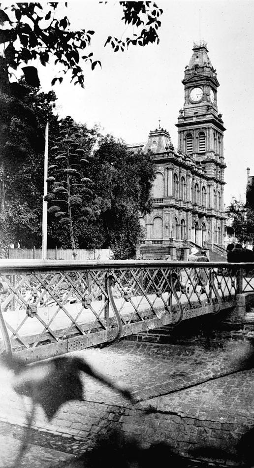Looking across a foot bridge from Rosalind Park towards the Bendigo Post Office. 1925