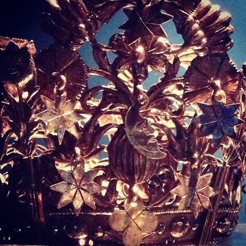 Brudekrone med stjerner/åttebladsroser, månesigd og firkløver. Trondheim, tidlig 1700-tall. #brudekrone #folkedrakt #bunad #brud #åttebladsrose #månesigd #norwegianfolkcostume #bridalcrown #wedding #kunstindustrimuseet
