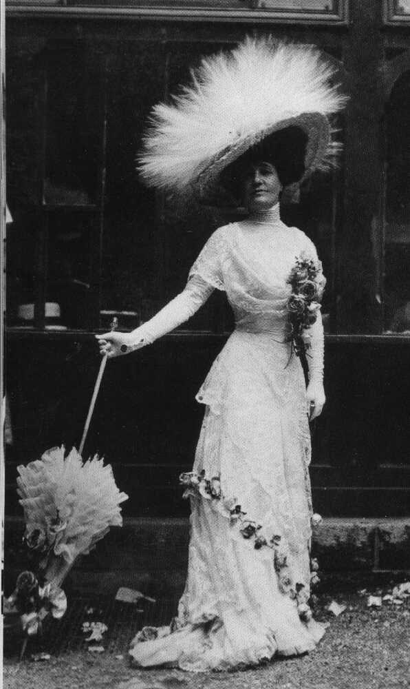 Thời trang của tầng lớp thượng lưu, chiếc mũ lông rất cầu kỳ, nổi bật, váy nhiều bèo, chèn ren, áo corset tạo đường cong chữ