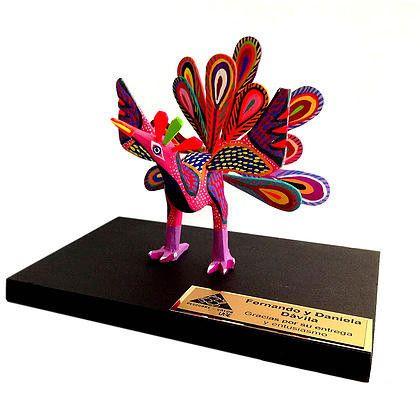 Trofeo con alebrije de madera. Placa dorada o plateada de 8 x 4 cm. Base de madera de 20 x 15 cm. Alebrije medianoen figuras variadas sobre disponibilidad (12