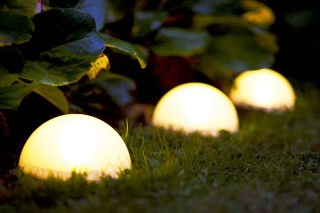 beleuchtung im garten ideen boden solar kugel rasen