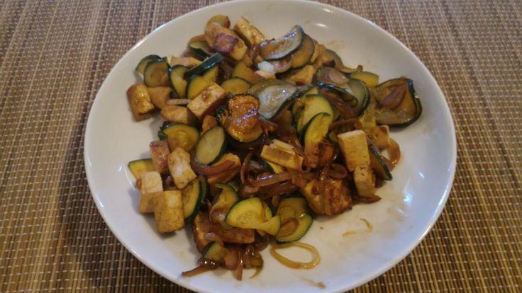 Tofu saltato in padella con cipolla rossa di tropea, zucchini e mild shoyu