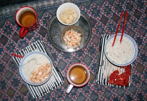 A méregtelenítés alatt fogyasztható levek és ételek inspiráltak rá, hogy kicsit megkésve - mert ez tipikus téli étel - de megosszam veletek ezt a nagyszerű koreai savanyúságot, amit leginkább a mi savanyúkáposztánkhoz tudnék hasonlítani. A koreaiaknak ez a nemzeti eledele, a szegények, a hétköznapok egyszerű étele. Rizs mellé fogyasztják - és mi is ezt tettük/ettük egész télen. Leve erjesztett zöldséglé (persze némi fűszerrel), így azt gondoltam, hogy a tisztítókúra alatt esetleg ez is (a…