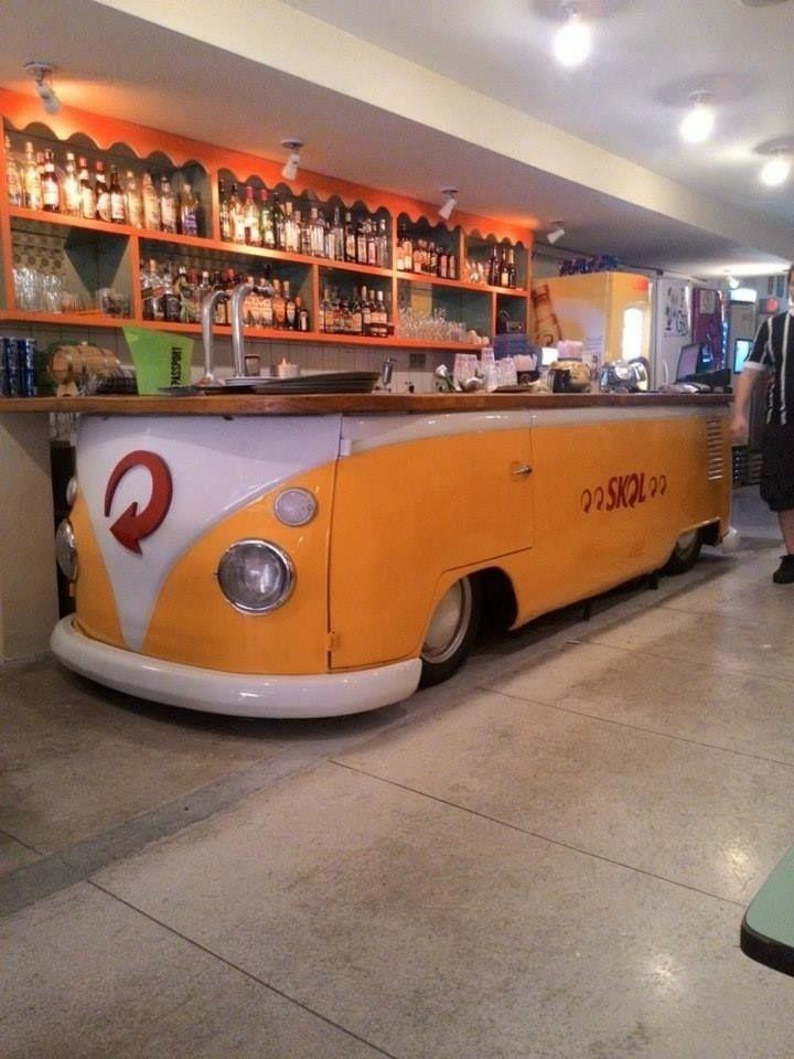 Sucata de Kombi é transformada em balcão de um bar pela empresa Retro Garage; a ideia de começar a produzir as peças, segundo o empresário Sandro Ricardo Pereira, surgiu quando ele estava criando a decoração da loja de um amigo; clique nas fotos acima e confira