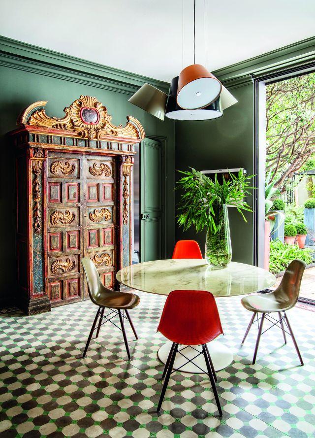 Antique, modern dining/ architectes d'intérieur Philippe Thelin et Thierry Gonzal