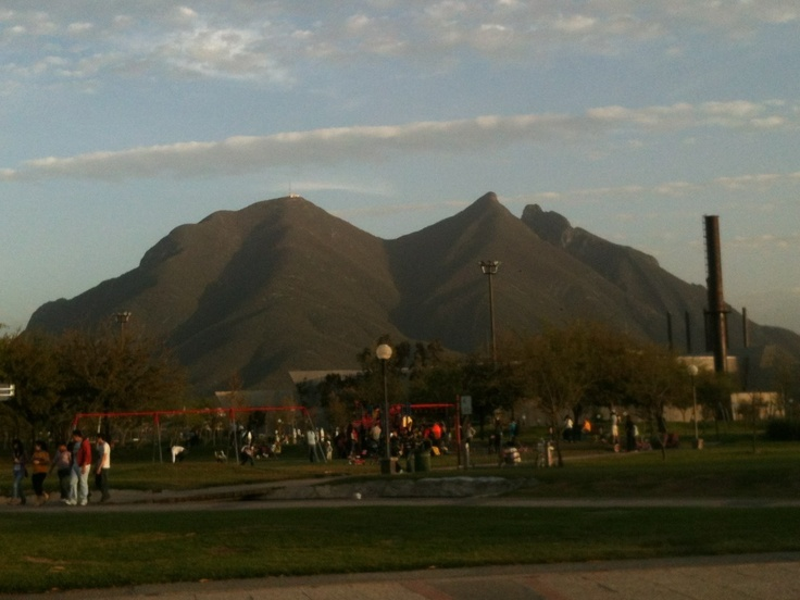 Cerro de La Silla desde parque fundidora.