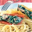 Stoof de spinazie in olijfolie en kruid met peper en zout.      Laat afkoelen en uitlekken.     Bak de spekblokjes krokant en laat ze afkoelen.     Meng de spinazie, ricotta, Philadephia en het spek en kruid met peper     en zout.     Vul de paprikastukken op met het mengsel en rol ze op.     Kook de balsamicoazijn en de bruine suiker tot een hechte siroop.     Kook de pasta gaar (volgens de instructies op het pak). Roer er na het     afgieten wat olijfolie door.     Serveer de pasta met de…