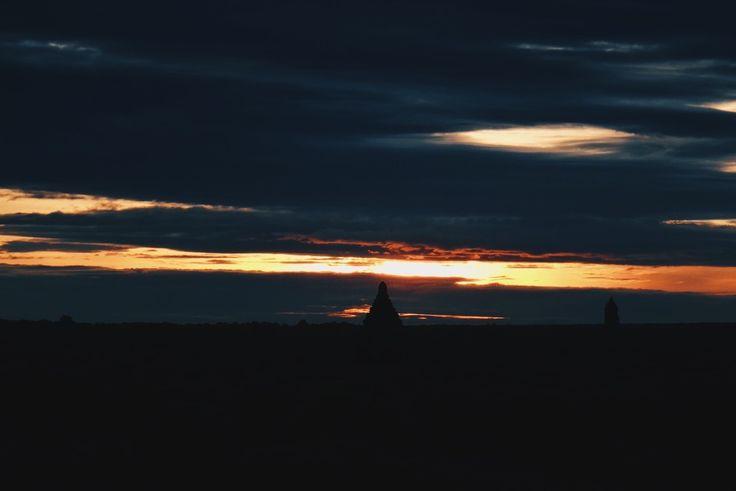 Nous étions assis dans le noir depuis un moment lorsque c'était arrivé. Les nuages s'étaient légèrement écartés et la lumière avait dardé au travers de la brèche, d'abord ténue, puis avec de plus en plus d'assurance. J'avais laissé la lueur me réchauffer doucement les joues et le corps, un étrange sentiment de soulagement s'était emparé de moi. Comme chaque matin, le miracle s'était produit : le soleil s'était levé.  Bagan, Birmanie (21.339188, 95.378895)