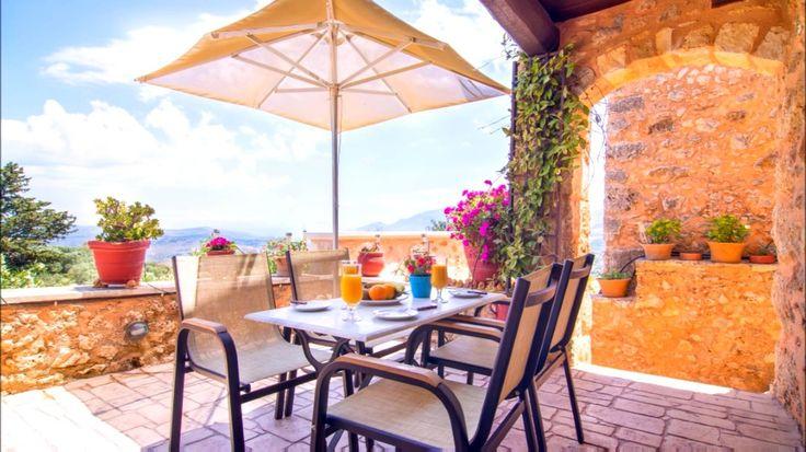 💥Станьте владельцем очень стильной, уютной Критской гостиницы, оформленной со вкусом в традиционном стиле.  🏡Гостиница 450 м2, состоит из 5 небольших вилл. Гостиница имеет очень высокий рейтинг 9,4 из 10 и оснащена всем необходимым и современным оборудованием - тренажерный зал, спа-хаммам, паровая баня, открытый подогреваемый бассейн с соленой водой, открытые зоны - терассы для барбекю с волшебными видами, в виллах плоские ТВ, кухня, посудомоечные машины, необходимая утварь и посуда…