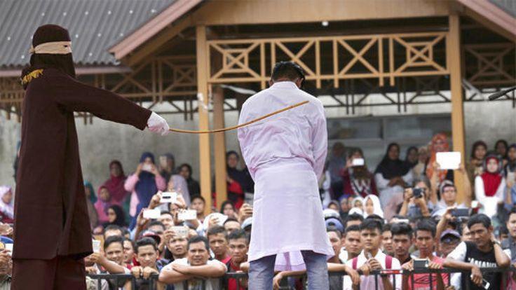 Dos hombres se enfrentan a una pena de 100 bastonazos tras ser acusados de mantener relaciones sexuales en una provincia de Indonesia en la que se aplica la ley Sharia.