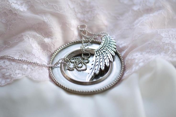 De opvallende sieraden uit de Swan Feather serie bevatten decoratieve items die goed samengaan met kleurrijke accenten of lekker stoer matchen met beige tinten.