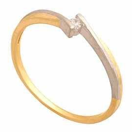 Delikatny pierścionek zaręczynowy.