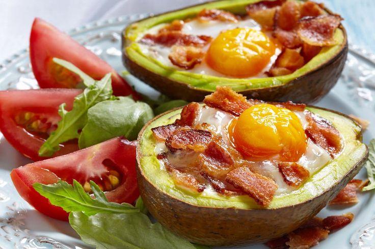 Enerjisi, proteini, sağlığı bol, en medyatik kahvaltıyla tanıştıralım sizi. Avokado içinde yumurta tarifi ile gelsin sağlık, gelsin lezzet.