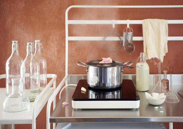 Η φορητή επαγωγική εστία TILLREDA είναι ένα ευέλικτο προϊόν για μοντέρνους και μικρούς χώρους, ιδανικό για μικρές κουζίνες ή όσους επιθυμούν μια επιπλέον επιφάνεια για να μαγειρεύουν.