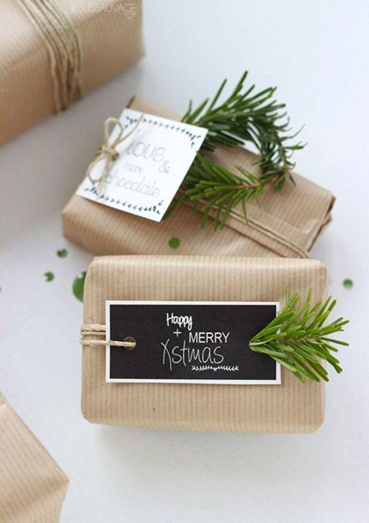 De beaux emballages fait main, de la ficelle, des branches de sapin et de jolies étiquettes cadeaux à imprimer offertes par Jesus sauvage #cadeau #noel #DIY