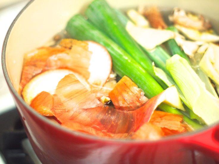 「ベジブロス」をご存知ですか?野菜くずで作るだしスープです。エコや節約といった目的以外にも使えるポイントがいっぱいで、今秘かなブームを巻き起こしています。今日はこの「ベジブロス」の秘密に迫ります。