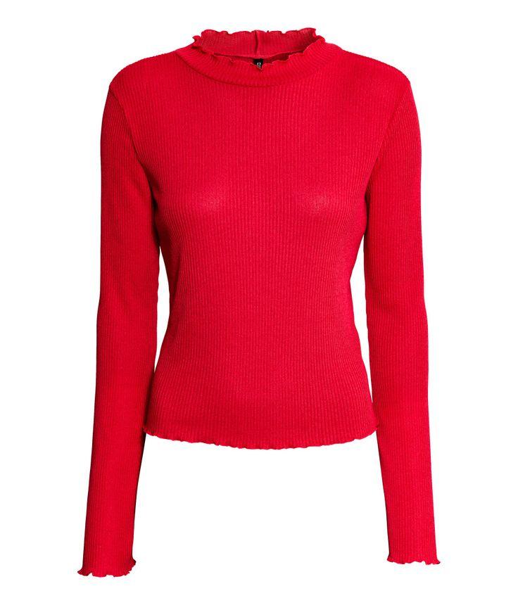 Rot. Langarmpullover aus weichem Rippenstrick. Der Pullover hat einen kleinen Stehkragen und gewellte Abschlüsse mit Overlocknaht.