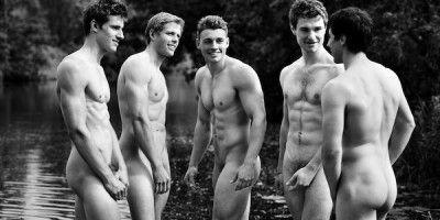 Команда по гребле (Warwick University гребной клуб Англии) снялась абсолютно голыми для ню-календаря, чтобы собрать деньги для борьбы с гомофобией и издевательствах в школах.