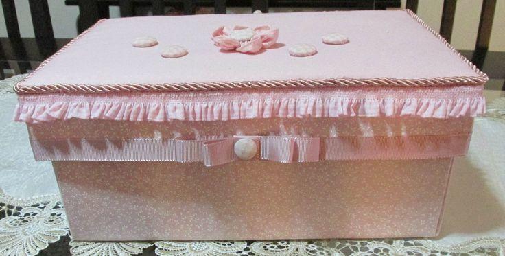 Caixa em cartonagem forrada em tecidos ( podem ser mudados ). <br>Itens de higiene infantil, babador, mordedor inclusos.