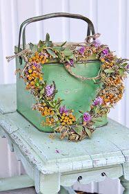 I sommer lagde jeg en blomsterkrans av gule og hvite blomster, den har siden den gang ligget å tørket og blitt supplert med lilla toner i...