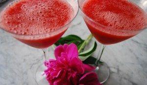 Strawberry frozen... Ingredienti per 2: fragole fresche 30 ml sciroppo di zenzero 30 ml gin, ghiaccio  Mettere fragole, sciroppo e gin nel blender e frullare per circa un minuto. Aggiungere abbondante ghiaccio e frullare ancora fino ad ottenere una sorta di granita. Versare in coppe Martini e decorare a piacere con una fragola o dello zenzero candito.