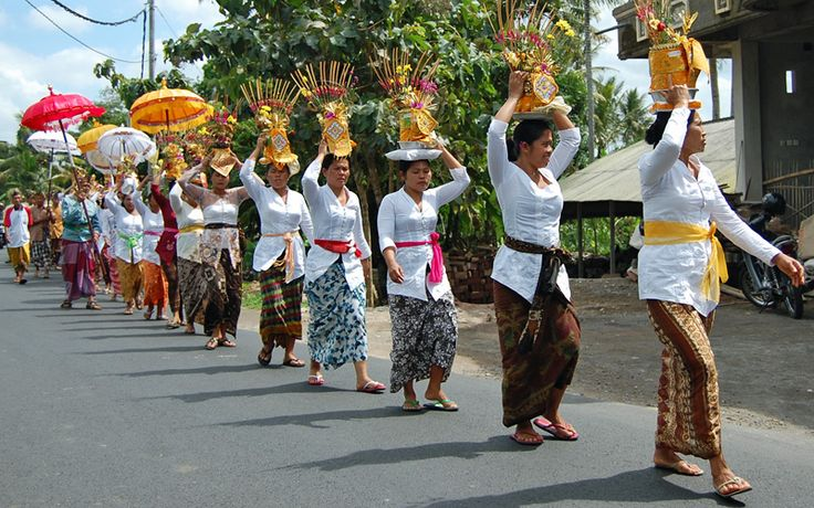 Onderweg naar de tempel: de bevolking op Bali is overwegend hindoeïstisch. Rondreis - Vakantie  - Indonesië - Bali - Tempel