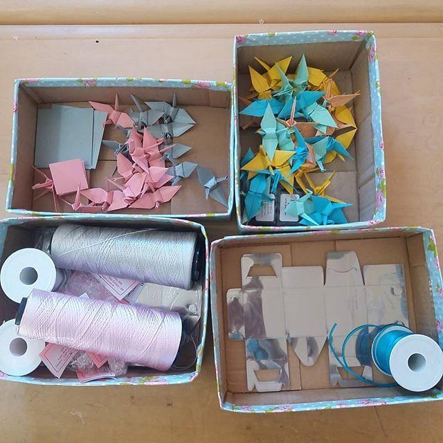 Uma caixa de lápis de cor, de giz de cera, de canetinha, um pacote de papel para dobradura, uma loja de aviamentos cheia da fitas, linhas, b...