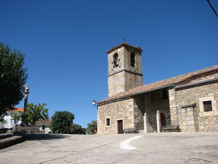 Otra vista de la Iglesia de San Blas con el crucero que la acompaña a la izquierda.